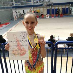 Гордеем се със златните медали, които нашата ученичка Виктория Манчева от 3б клас спечели на Международно състезание по художествена гимнастика в Сараево