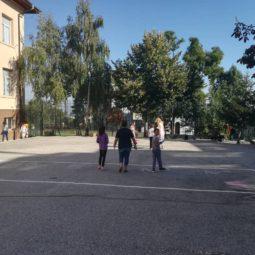 Почистване на училищния двор