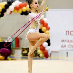 Виктория Манчева 4.Б клас с отличие на турнир Цветята на България!