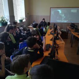 Децата гледат филм за Втората световна война