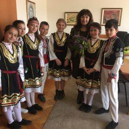 В страстната седмица децата от 50 ОУ посетиха РУО и поздравиха за великденските празници!